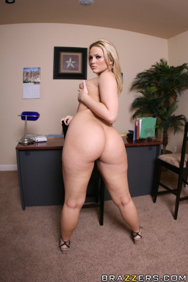 Sexy Alexis Texas strips off her jeans to show her tight round butt