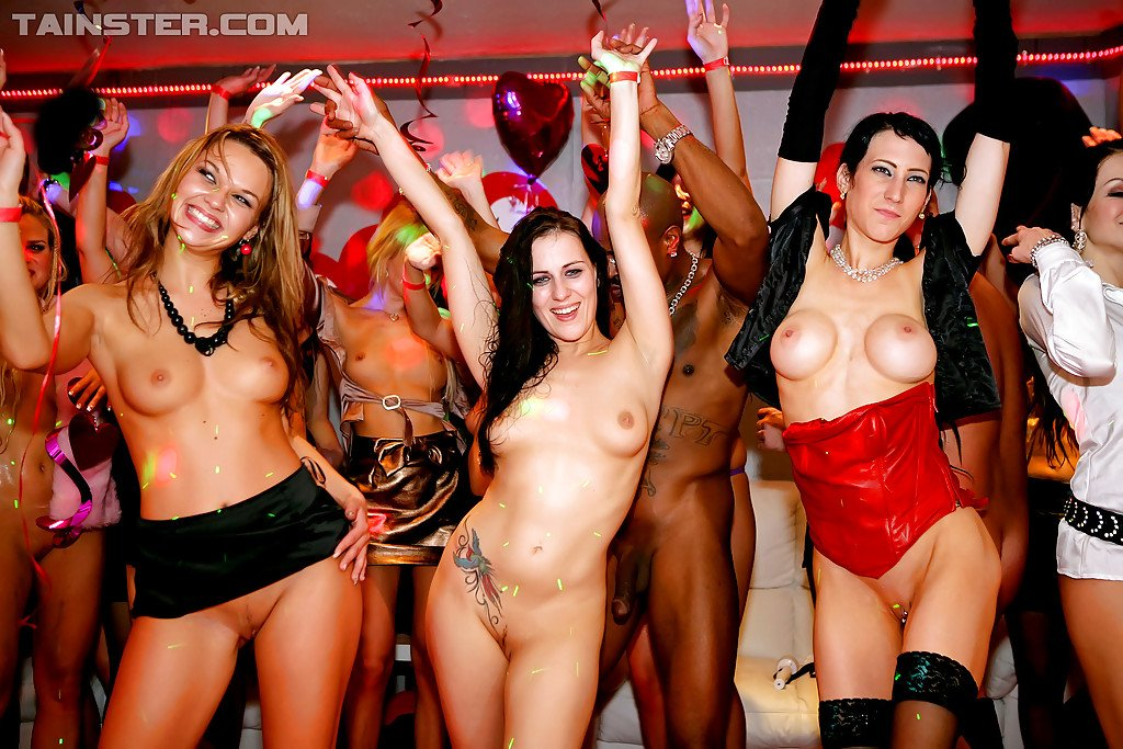 Wooing ladies have some lesbian fun at the wild sex party