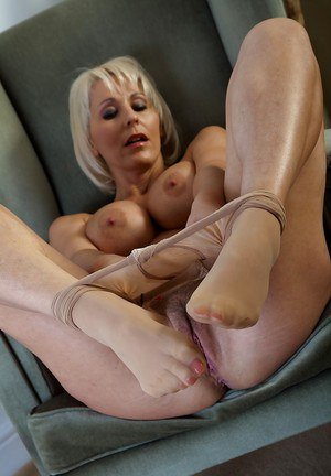 Smoking hot leggy mature Jan stripping off her shimmering pantyhose