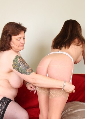 Lesbian woman Holly Kiss visits mature friend for some pussylicking