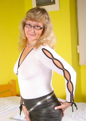 Stunning mature Rosi is alone at home and can play with favorite toy