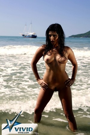 Breathtaking Indian pornstar Sunny Leone poses hotly naked in the sand