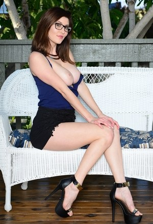 Nerdy solo model Amber Hahn masturbates to orgasm on patio bench