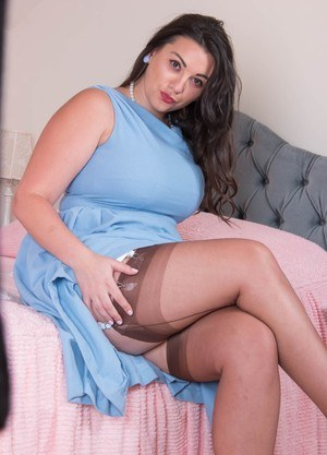 Hot fatty Sophie Parker spreading legs to expose her big ass and shaved pussy