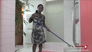 Latina Maid reinigt Schwanz