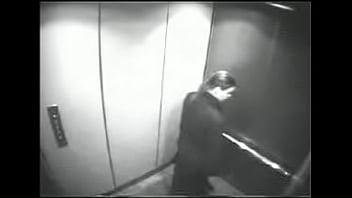Quarentona portuguesa Susana faz broche ao patrï¿&frac12o no elevador