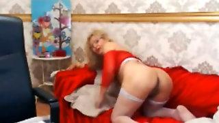 Dazzling Amateur on Webcam Enjoys Pussy Pounding