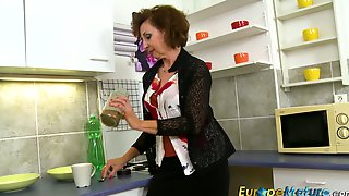 Old Housewife Is Masturbating Her Pussy In The Kitchen