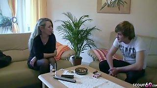 Deutsche STIEF MUTTER Jenny Zeigt Sohn Wie Sex Geht
