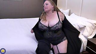 Buxom Mature BBW Lindy Lust Masturbates With A Dildo