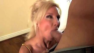 Beautifull Hot Bodied Cougar Fucks