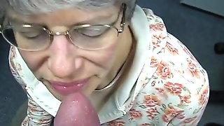 Oma Lutscht Geil Und Schluckt Es