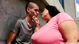 Mature Brunette BBW Pussy Licked And Blows Cock Outdoors