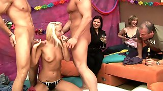Amateur Whores At The Group Sex Party - ANALDIN
