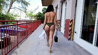 Diamond Kitty Flashing Her Big Cuban Ass On The Street