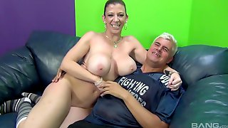Voluptuous Cougar Sarah Jay Fucking A Tattooed Guy On The Couch