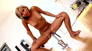 Solo Babe Tries The New Toy In Incredible Solo XXX Tryout