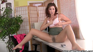 Yankee Milf Vivi Takes Care Of Her Hungry Wooly Cunt