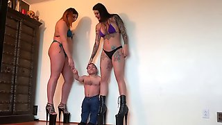 2 Giantess And A Small Dwarf