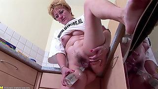 Elder Super-bitch Drills Her Stinky Hairy Cunt With Bottle