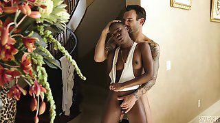 Alluring Ebony With Nice Ass, Smashing Interracial At Home