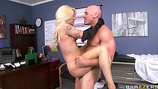 Doctor With A Large Dick Enjoys Fucking MILF Patient Helly Hellfire
