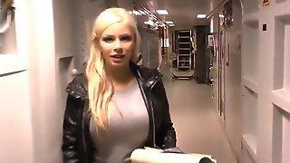 Selina Fick Auf Einer Blonde Marinen Schifffahrt