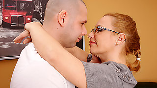 Horny Housewife Fucking And Sucking - MatureNL