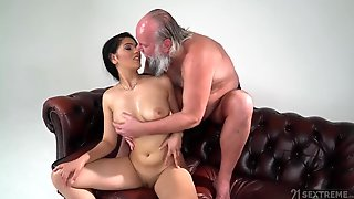 Big-Bosomed 18Yo Girl Worshiper - Amateur Sex