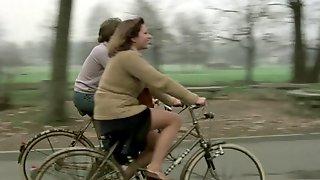 Che Dottoressa Ragazzi! (1976)