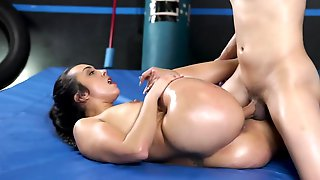 Wrestling Match Ends For Curvy Chick With Sex In The Ring