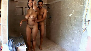 Un Couple De Noir Baise Dans Leur Belle Douche Italienne