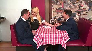 Blondes Sexdessert Im Restaurant