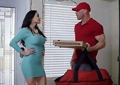 honey milf seduces delivery man