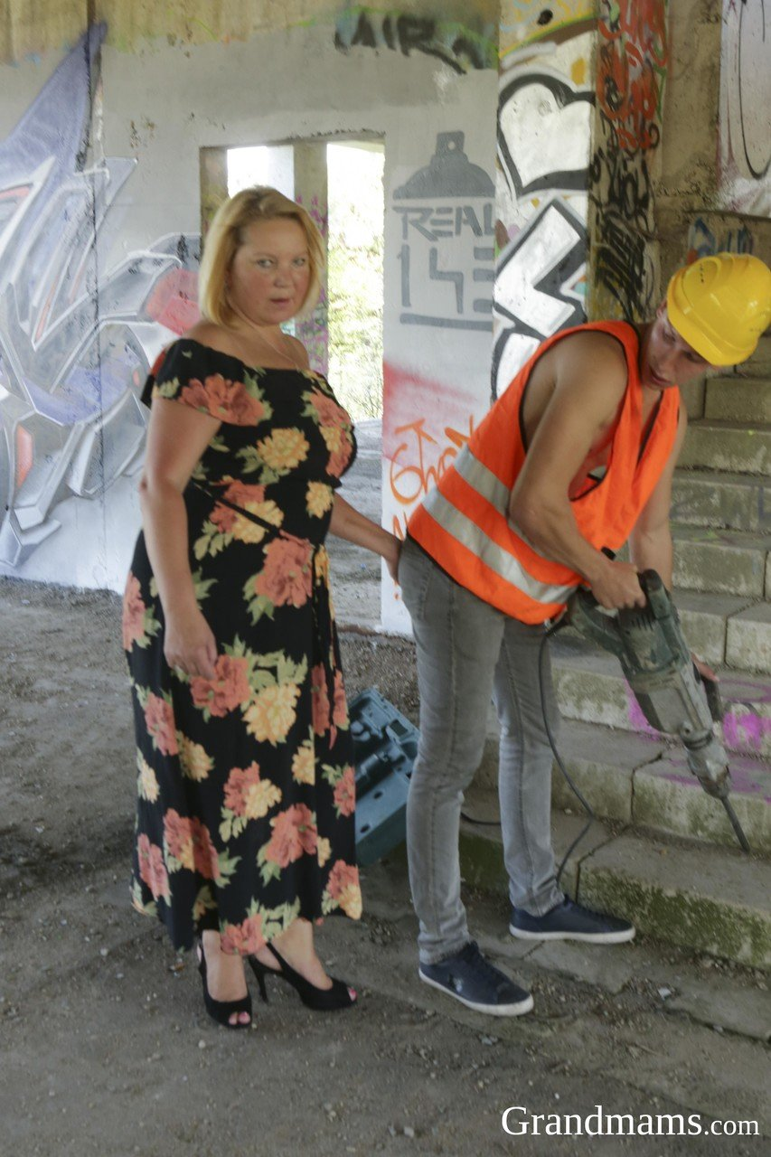 Kinky mature BBW getting fucked by a skinny teenage construction worker