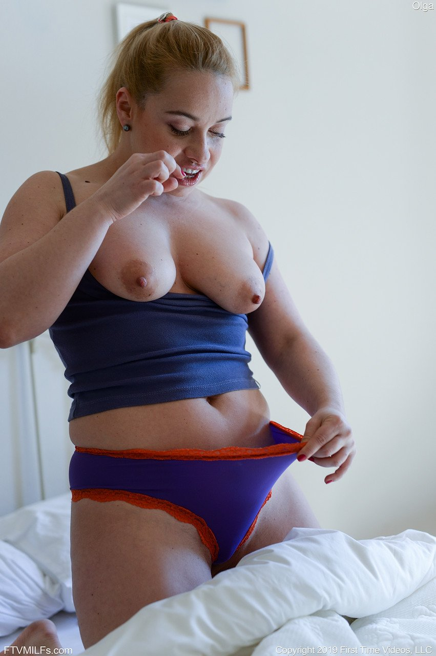 Thick amateur slides panties aside outdoors after pulling them down on a bed