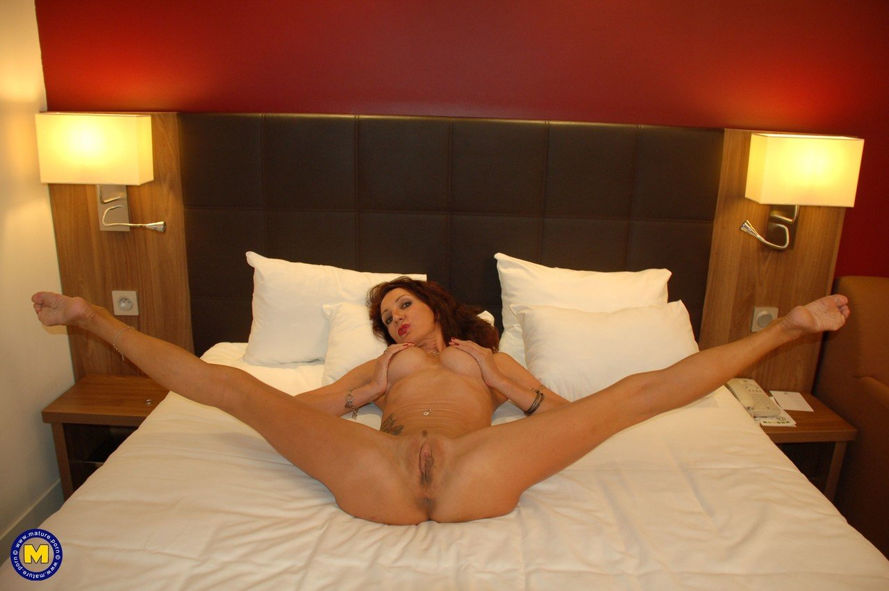 Curly haired mature vixen Lyna Cypher toying and fisting her bald pussy