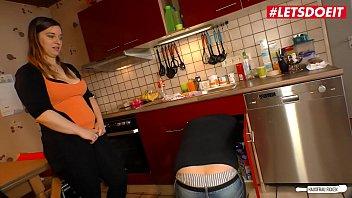 Deutsche Milf Mutter mit gepiercten Nippeln ohne Kondom gefickt