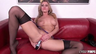 Nothing excites Randy Moore more than her vibrating dildo dancing in her snatch