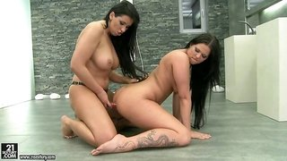 Simony Diamond Loves The Taking...