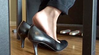 Piano bench shoeplay in heels. Natural soles