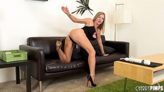 Milf pornstar Amber Michaels makes her cunt cum with toys