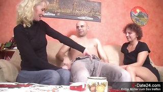 Zwei verdorbene Hausfrauen machen Spontan Dreier zu Hause