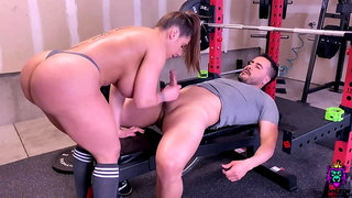 Big fake tits & big ass in gym - muscled bitch screwing after workout
