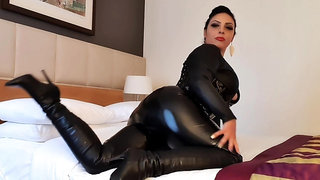 Latex ass plugging fetish with horny brunette