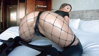 Alina Lopez shows off her amazing ass