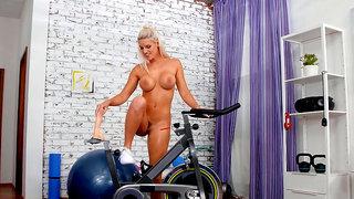 Bodacious blonde Blanche Bradburry puts her perfect ass to work