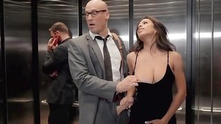 Nerdy boyfriend licks Autumn Falls pussy and fucks her doggystyle in the elevator