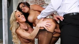 Tanned babe had an exciting threesome