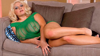 Cute busty BBW Angel Gee nicely plays with her wide-opened hole
